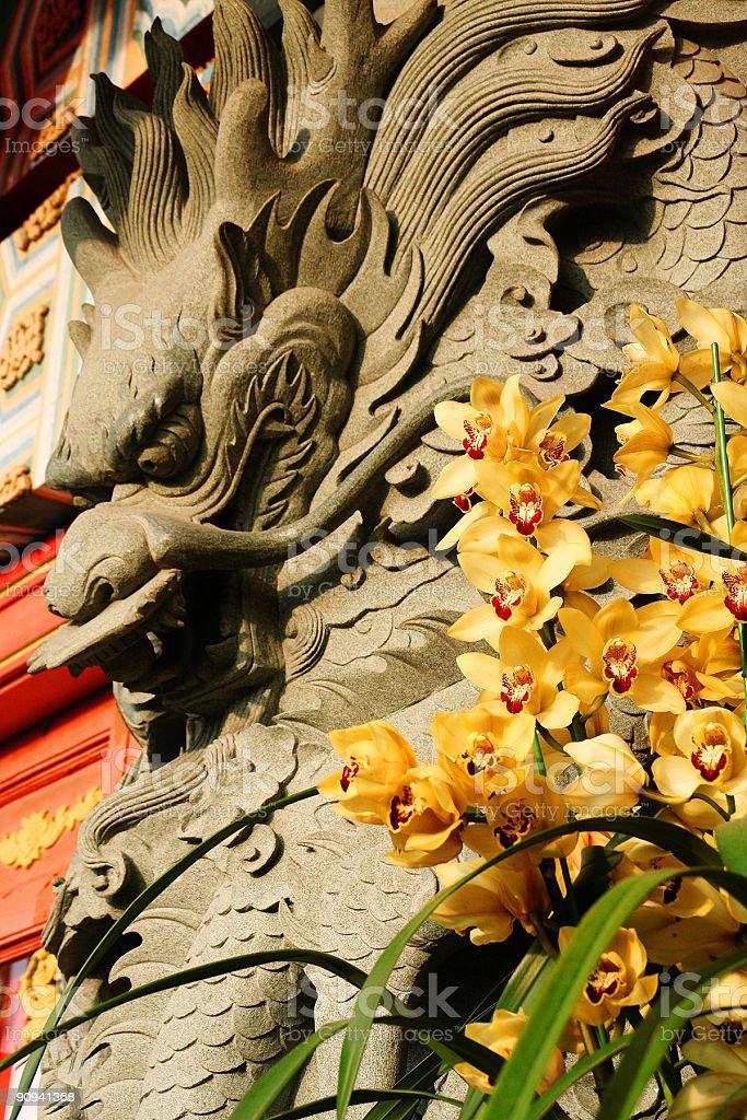 Dragon y flores foto de stock libre de derechos
