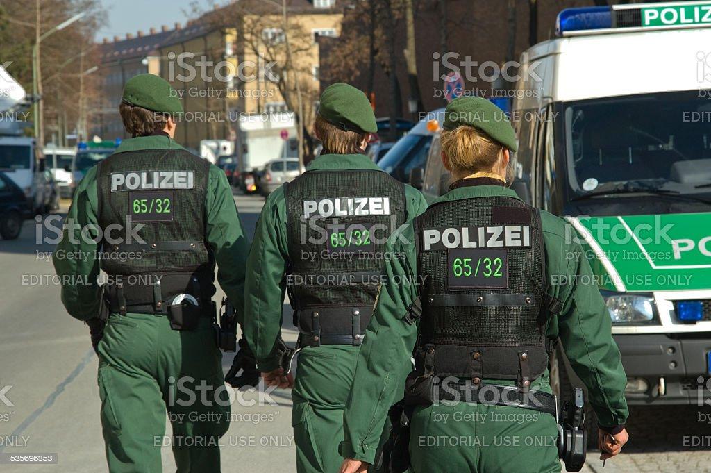 Drei Polizei-Beamte stock photo