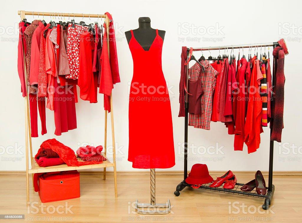 vestidor y armario con ropa organizar en perchas rojo foto de stock libre de derechos