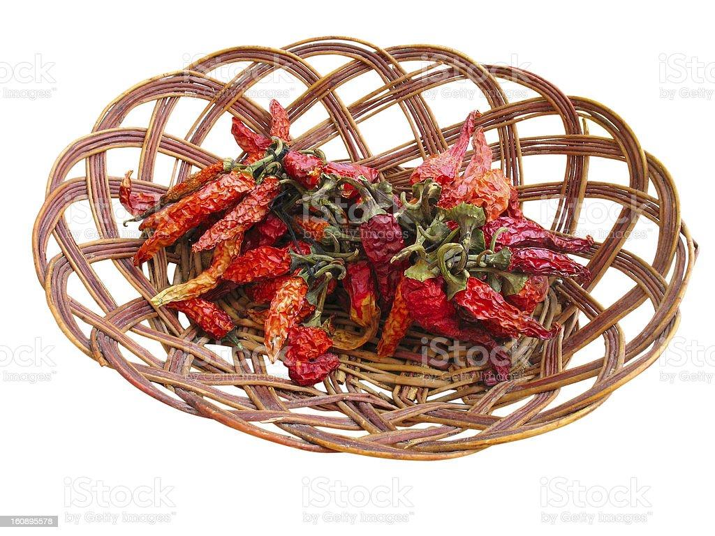 Secos red hot Chilli Con Carne peppers em Cesta de madeira Isolada foto de stock royalty-free