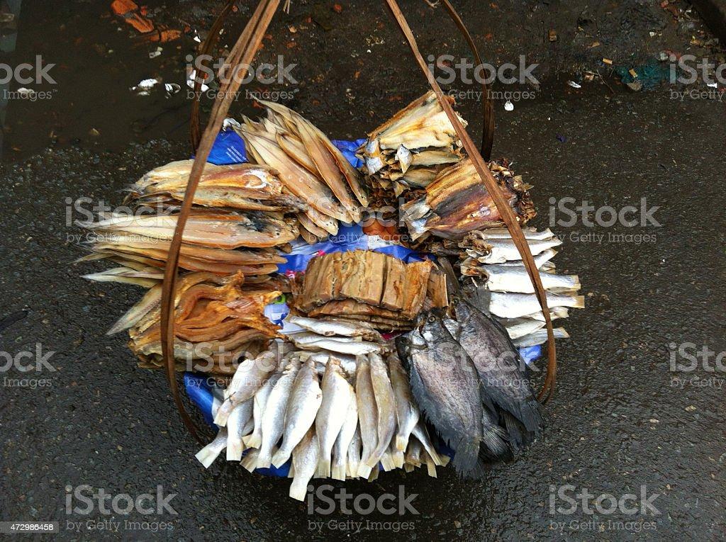 Secado pescados y mariscos en el mercado de alimentos de Vietnam foto de stock libre de derechos