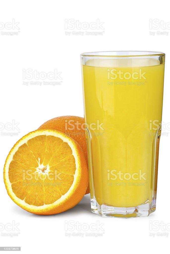 Copo de suco de laranja e laranjas perto foto de stock royalty-free