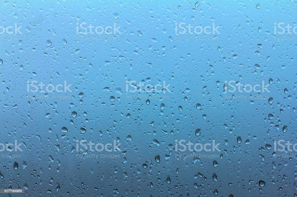 Wassertropfen auf die window während der Regenzeit-blue sky Lizenzfreies stock-foto