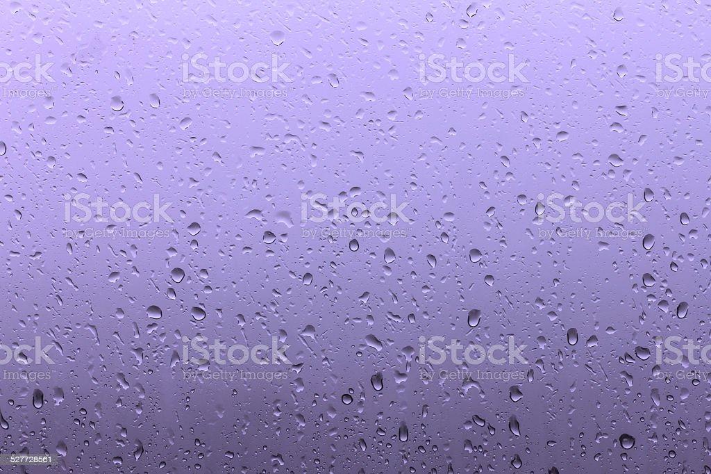 Wassertropfen auf die window während der Regenzeit-Lila Lizenzfreies stock-foto
