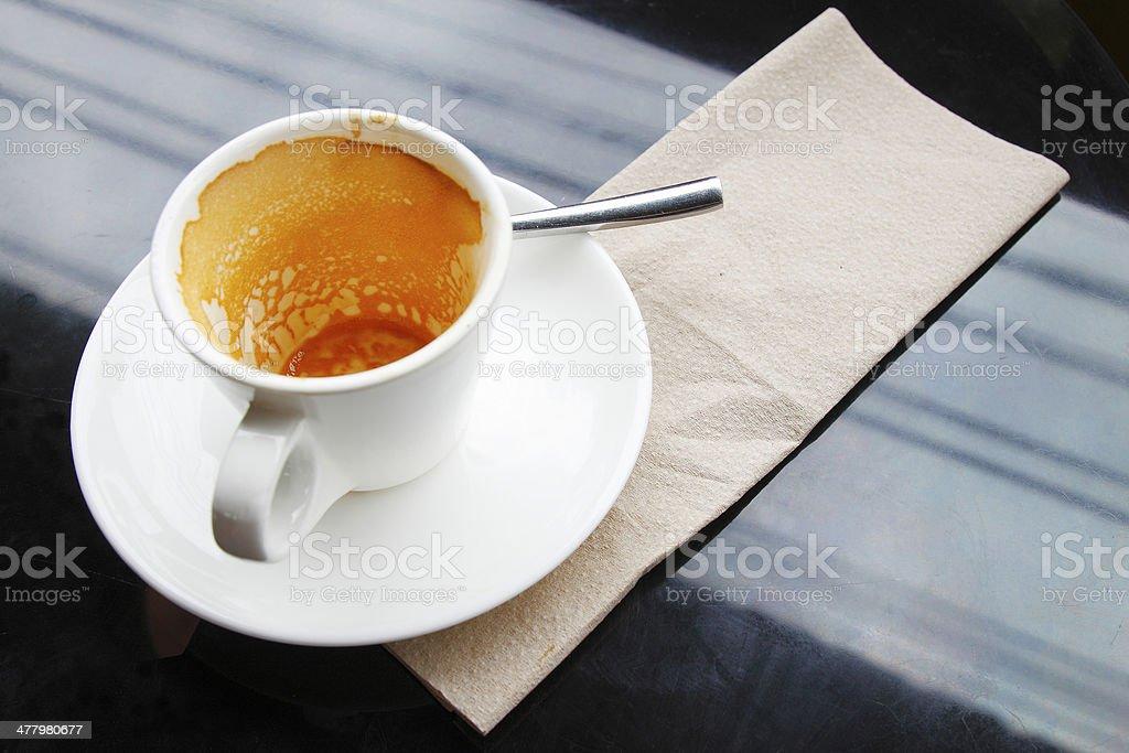 Pijany Filiżanka do kawy na stół czarny. zbiór zdjęć royalty-free