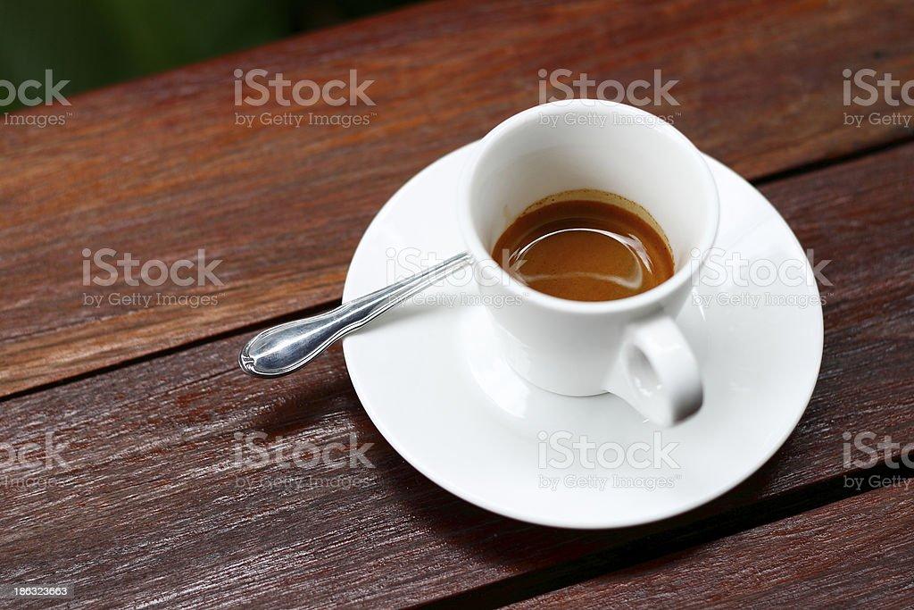 Pijany filiżanką kawy na drewnianym stole. zbiór zdjęć royalty-free