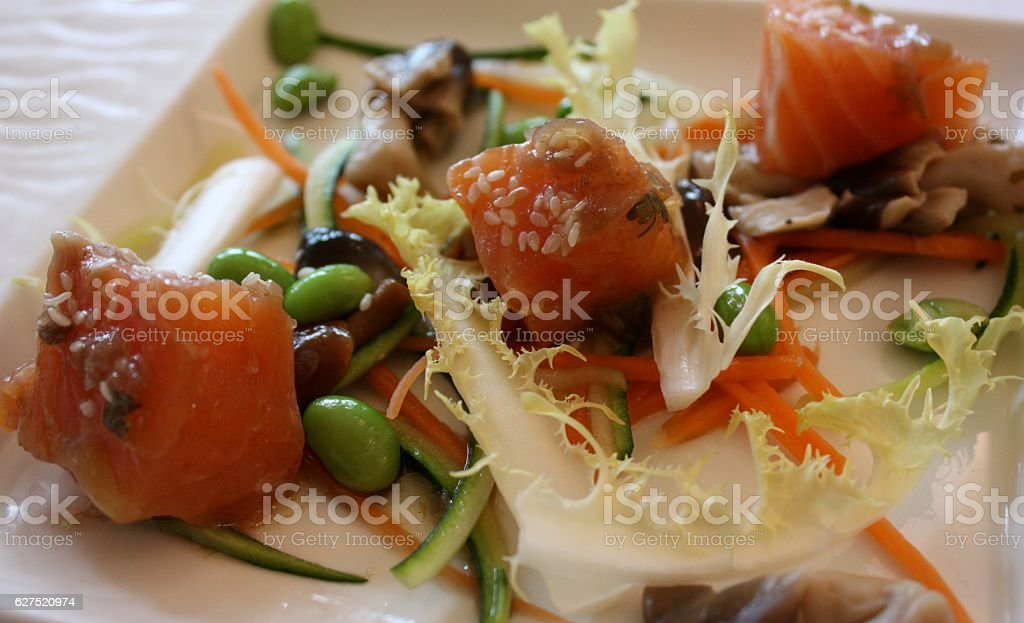 Dés de saumon marinés  Légumes croquants stock photo