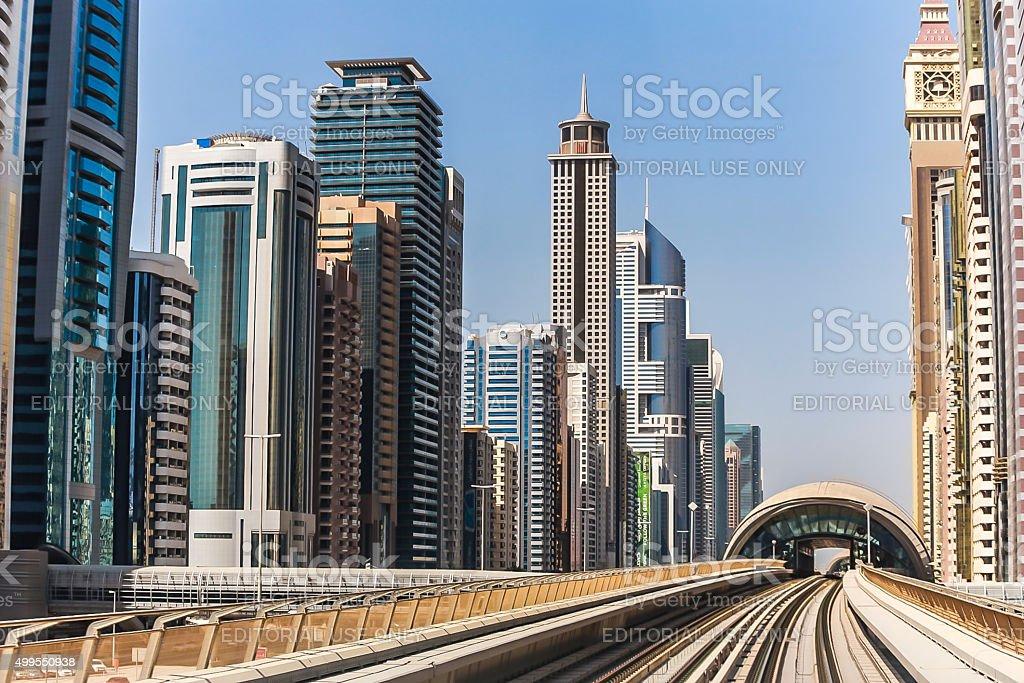 la estacin de metro de dubai y modernos edificios dubai emiratos rabes unidos foto