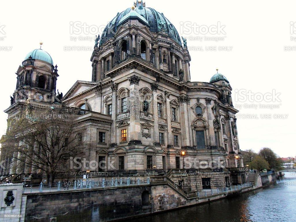 Duomo di Berlino dallo Spree stock photo