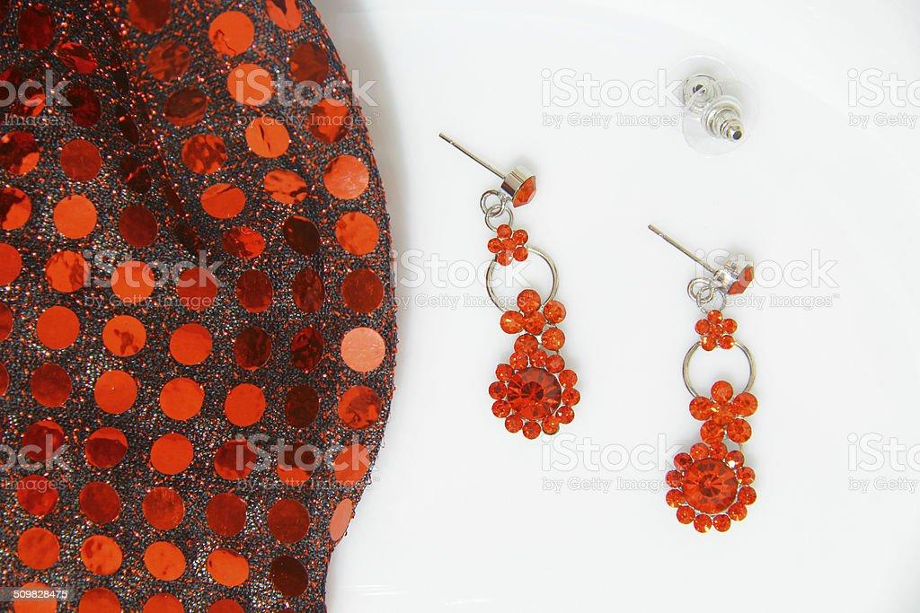 Boucles d'oreilles avec rouge vif photo libre de droits