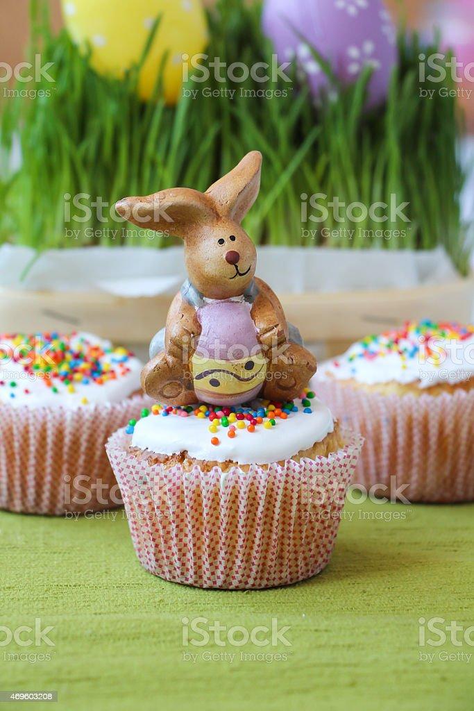 Пасхальный Кролик с маффин Стоковые фото Стоковая фотография