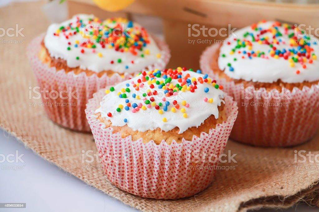 Пасхальный торт с праздничные украшения Стоковые фото Стоковая фотография