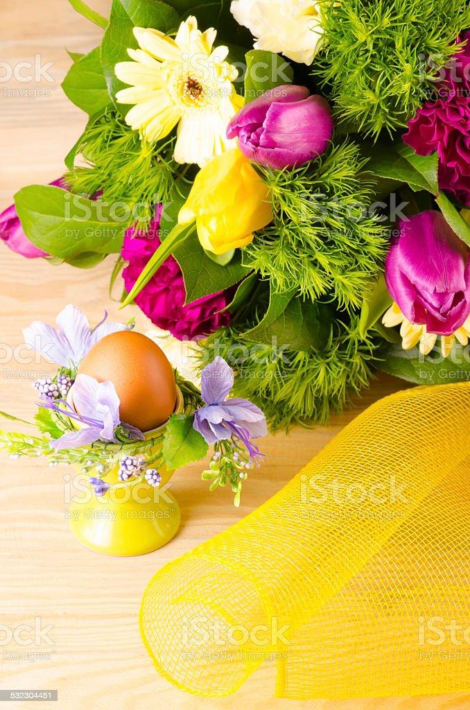 Huevo de pascua y ramo de resorte foto de stock libre de derechos