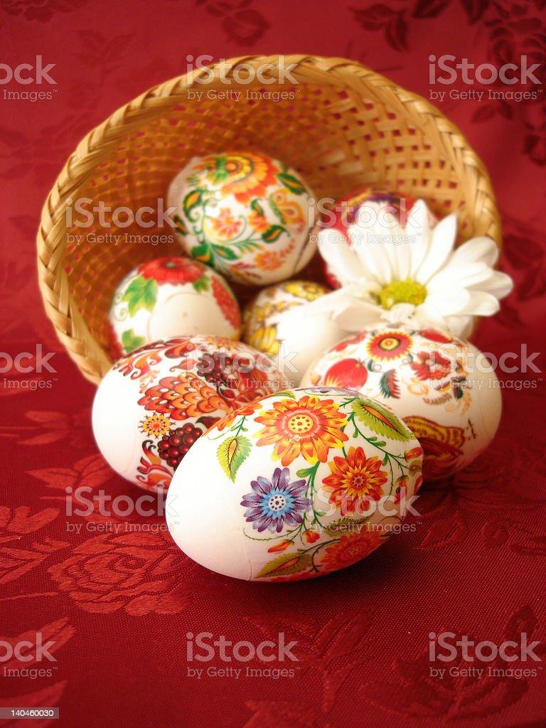 Ovos de Páscoa e Cesta em Fundo vermelho foto de stock royalty-free