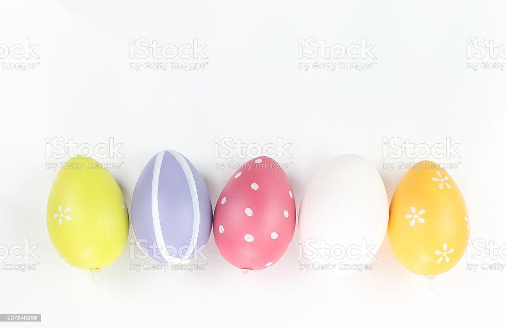 Huevos de Pascua en una mesa blanca foto de stock libre de derechos