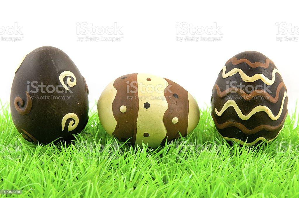 Oeufs de Pâques sur l'herbe verte photo libre de droits