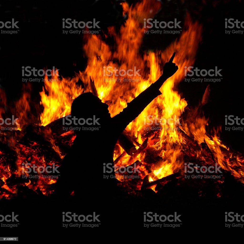 Osterfeuer und Schattenbild eines Mannes mit ausgestrecktem Arm stock photo