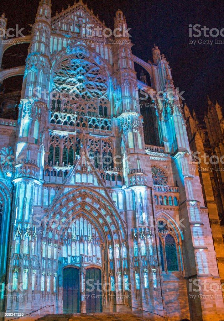 Eclairage de nuit de la cathédrale, Beauvais stock photo