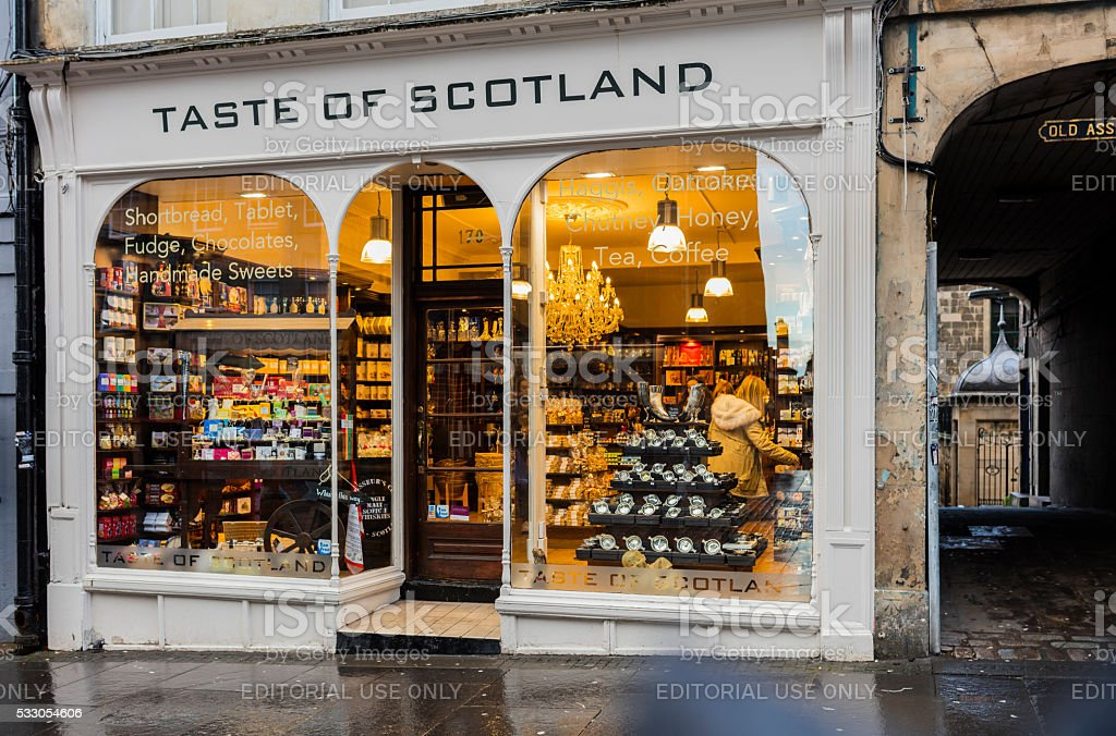 Edinburgh, Scotland. Typical store with buyers along the Royal Mile stock photo