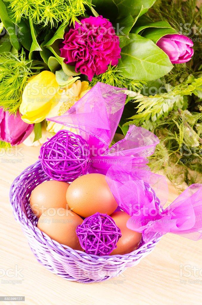 Huevos y ramo de flores foto de stock libre de derechos