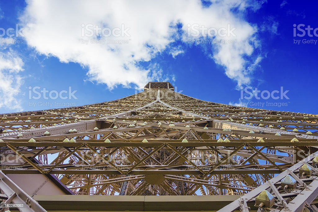 Torre Eiffel con nuvole e cielo blu foto stock royalty-free