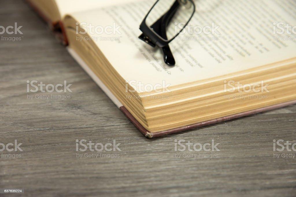 Ein Buch und Brille stock photo