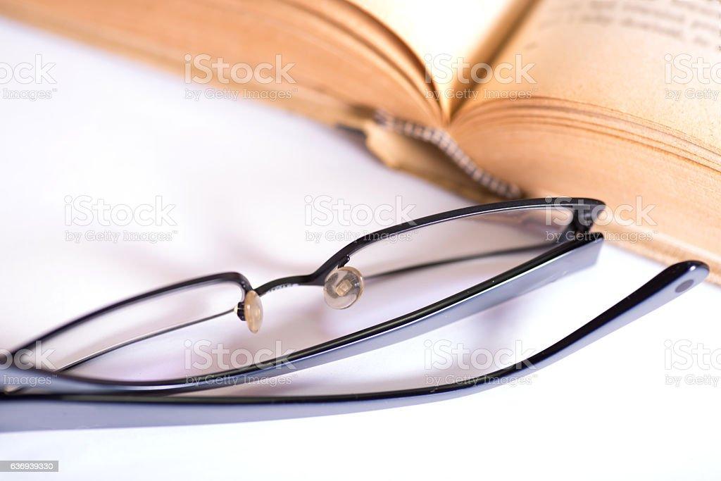 Ein Buch und eine Brille stock photo