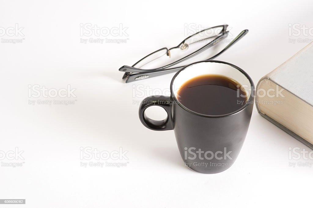 Ein Buch und eine Tasse Kaffee stock photo