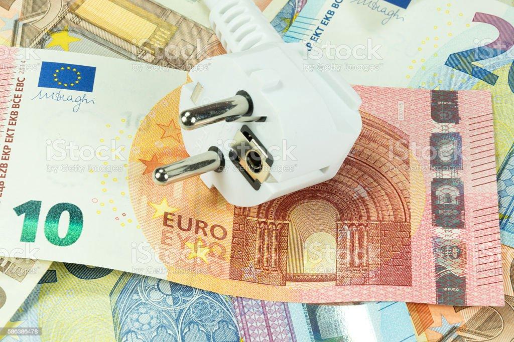 Ein Elektrostecker und Geld stock photo