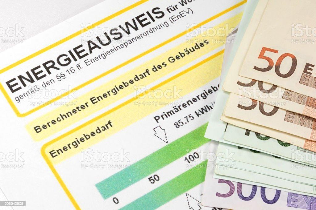Ein Energeiausweis und Geld stock photo