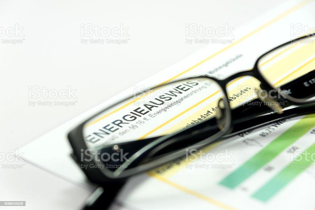 Ein Energieausweis und eine Brille stock photo