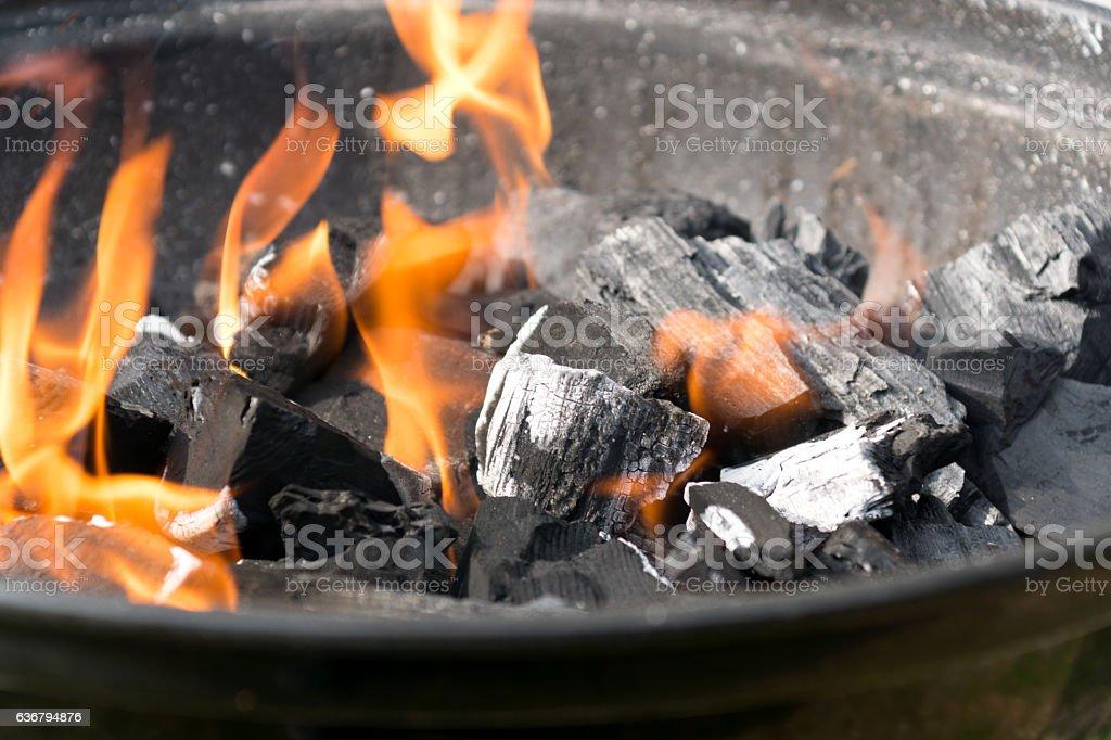 Ein Feuer auf dem Grill stock photo