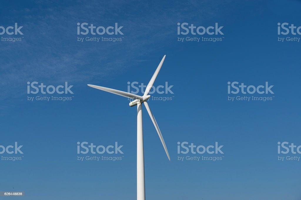 Ein Windrad und blauer Himmel stock photo
