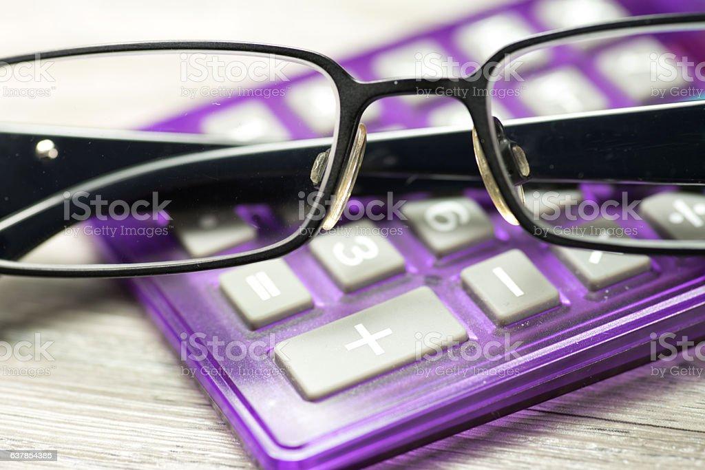 Eine Brille und Taschenrechner stock photo