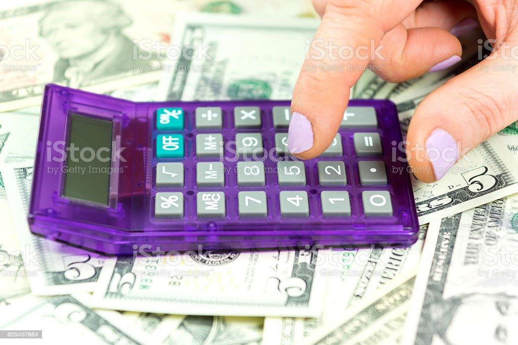 Eine Frau, Bargeld und Taschenrechner stock photo