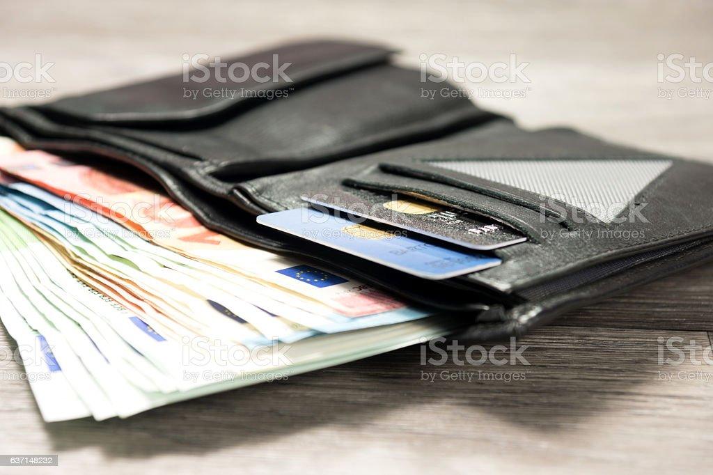 Eine Geldbörse mit Banknoten und Kreditkarten stock photo