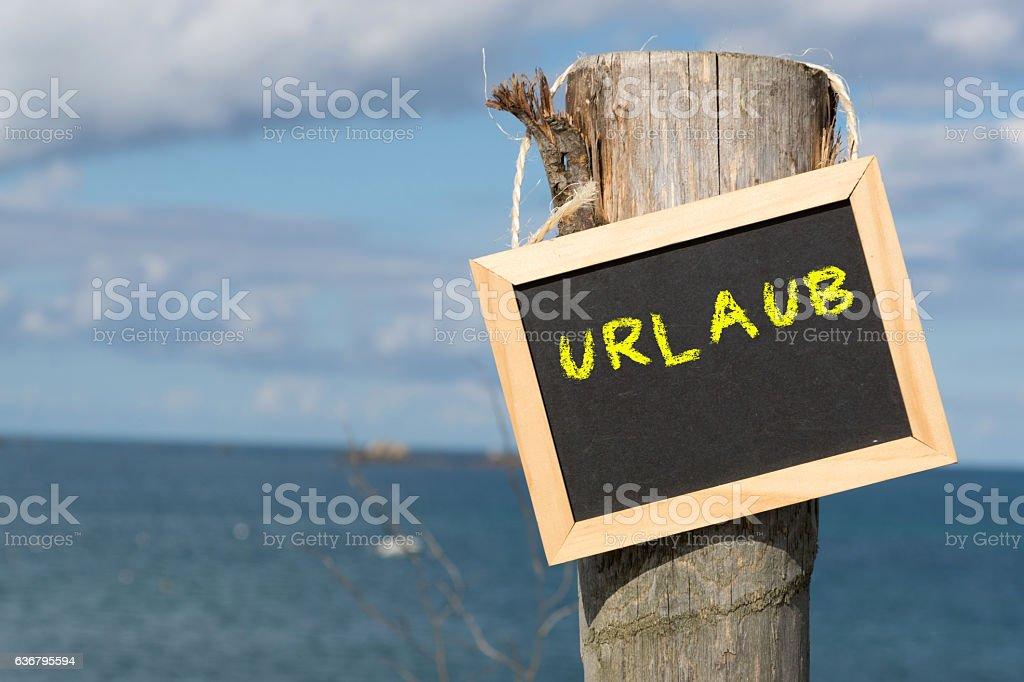 Eine Kreidetafel mit dem Wort  Urlaub stock photo