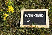 Eine Kreidtetafel mit dem Wort Weekend
