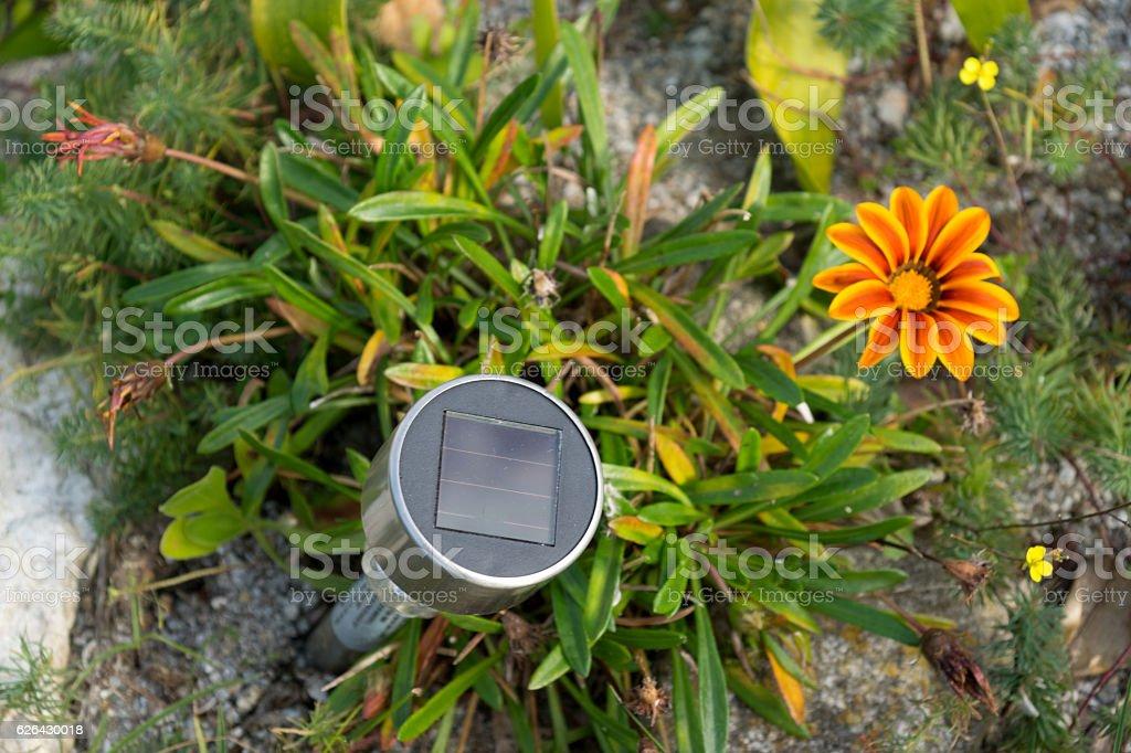Eine Solarlampe im Garten stock photo