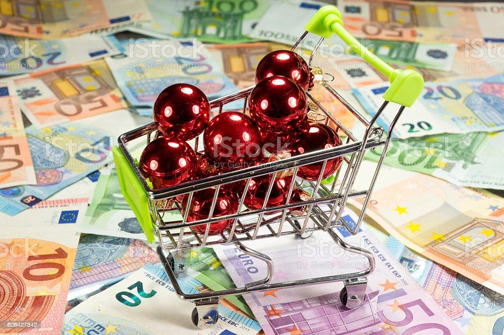 Einkaufswagen und Weihnachtskugeln stock photo