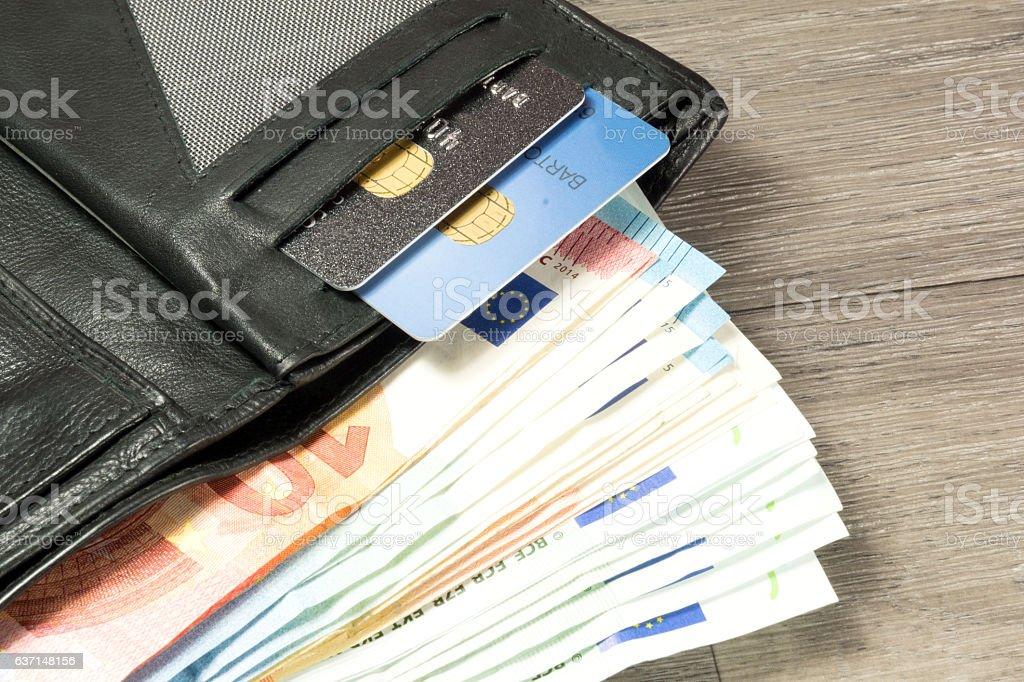 Einportemonnaie mit Geld und Kreditkarten stock photo