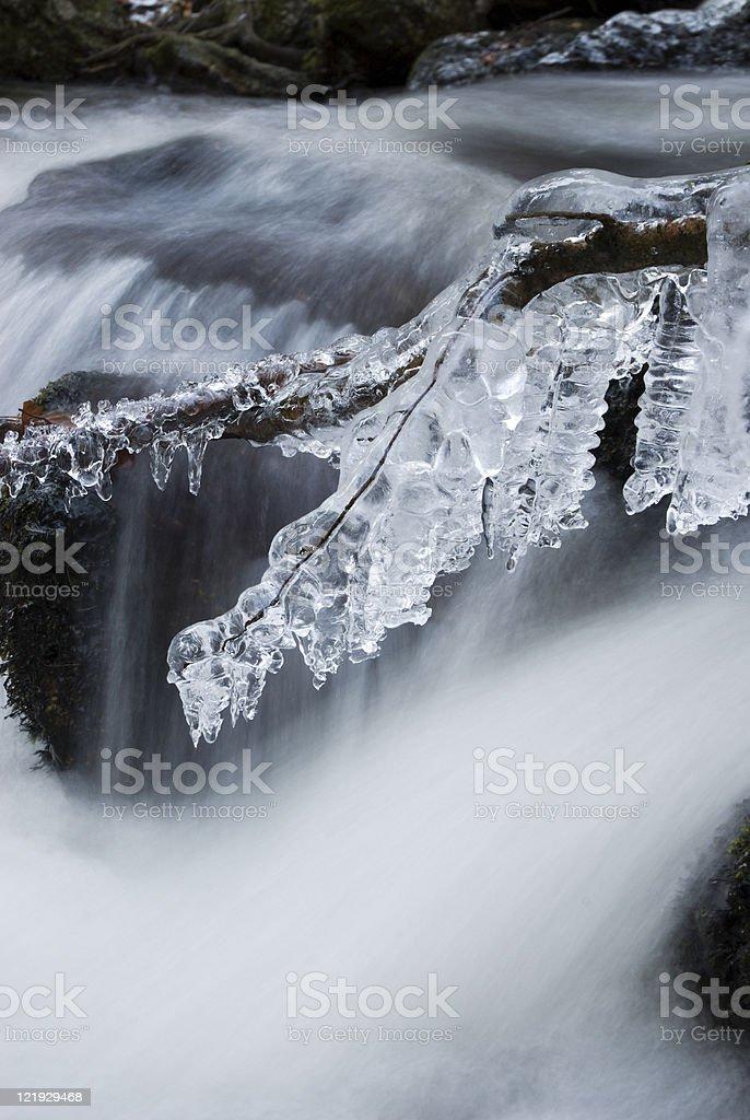 Eisdetail am Winterwasserfall hochformat royalty-free stock photo