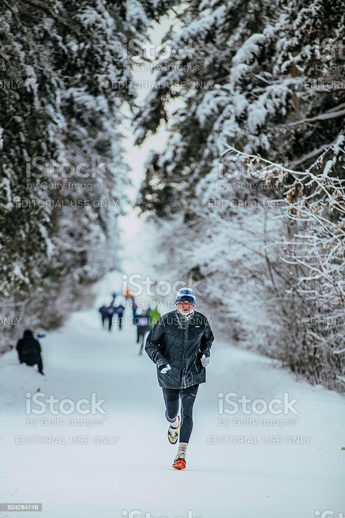 노인 선수 실행 날씨가 추운 겨울 woods royalty-free 스톡 사진