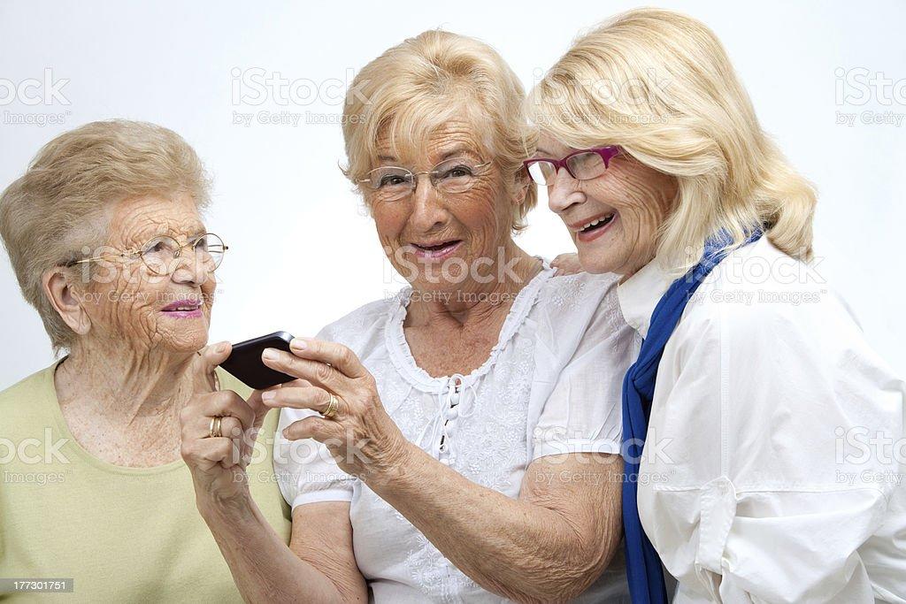 Amis femmes âgées avec appareil mobile. photo libre de droits