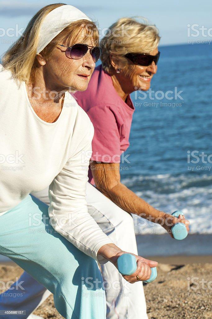 Femmes âgées faire worlout sur la plage. photo libre de droits