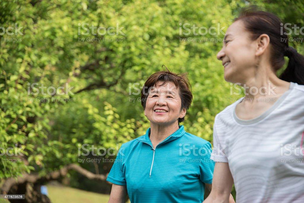 노인 여자대표 함께 공원 산책 royalty-free 스톡 사진