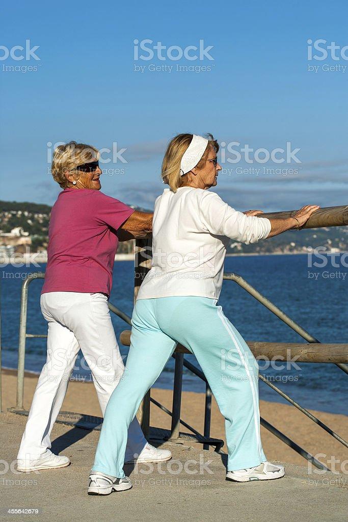 Femmes âgées des étirements avant de courir. photo libre de droits