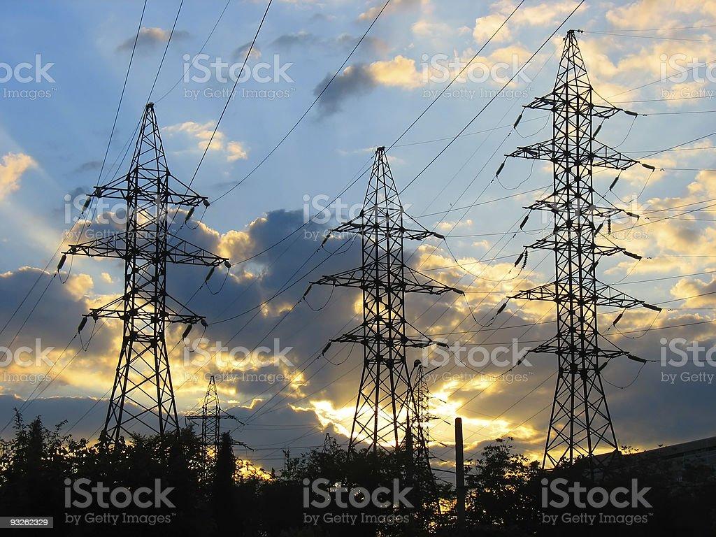 Linhas de transmissão de energia elétrica ao pôr do sol foto de stock royalty-free