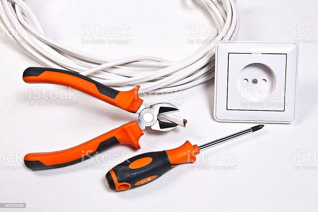 Herramientas de electricista, cable y conector hembra de pared foto de stock libre de derechos