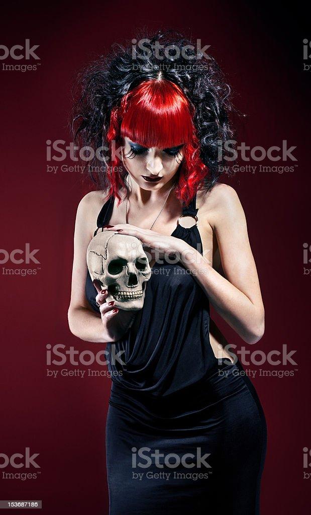 Elegante mujer con cráneo gótico foto de stock libre de derechos